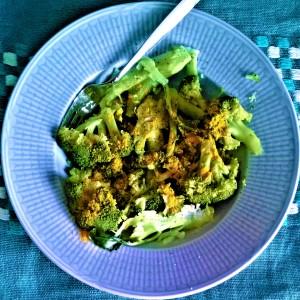 Parsakaalia (eli broccolia niinkuin tapaan sanoa) ja kurkumaa! Näyttää epämääräiseltä mutta on niin hyvää ja terveellistä:)